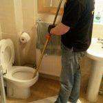 Avec un furet le déboucheur débouche une toilette