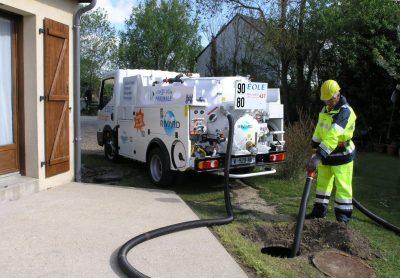 déboucheur fait débouchage fosse septique avec camion pompe