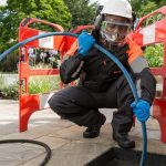 Plombier débouche une canalisation avec un furet