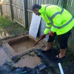 Plombier débouche une fosse septique