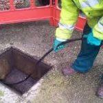 Plombier débouche une une canalisation avec un furet