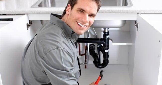 un plombier qui effectue des travaux