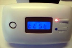 Installation d'un détecteur monoxyde de carbone pour être informé d'une fuite de gaz
