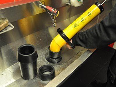 Le déboucheur débouche un évier avec le nettoyeur haute pression