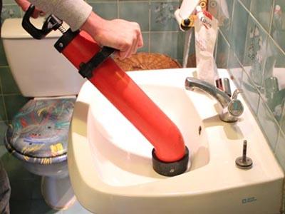 Le déboucheur débouche le lavabo avec le deboucheur à pompe