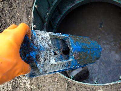 Vérification du niveau de la boue de la fosse septique